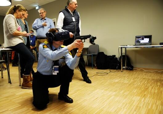 VR: Marit Fostervold, visepolitimester i Trøndelag, prøver VR-våpenet for første gang.