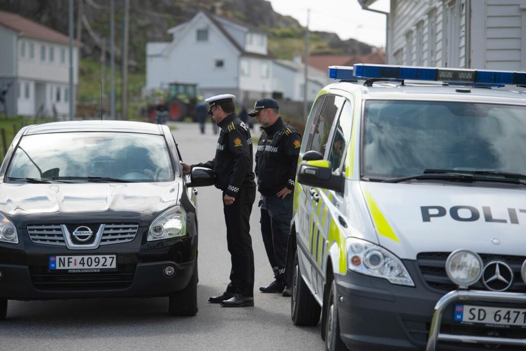 Den nye politireformen er av mange kalt nærpolitireformen. Bildet viser politiet i samtale med innbyggere på Utsira.
