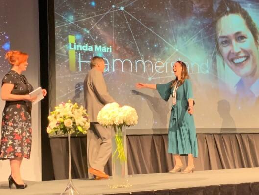 GJENSYN: Linda Mari Hammersland ble gledelig overrasket da hun så Jurgen Klaus under prisutdelingen.