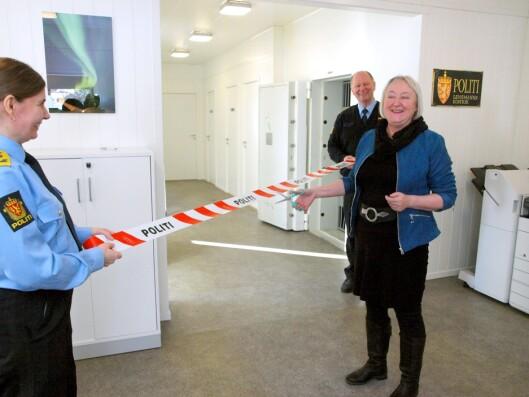 SPERREBÅNDKLIPP: Ordfører Eva D. Husby (Ap) markerte åpningen av lensmannskontoret.