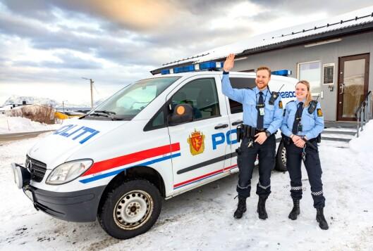 TOSPANN: Mats Riise og Marte Eline Haugen hilser fastlandet. De utgjør politistyrken på Sørøya. Med nye lokaler og sentral beliggenhet har vi fått bedre forutsetning for å gjøre en god politijobb, sier de til Politiforum.