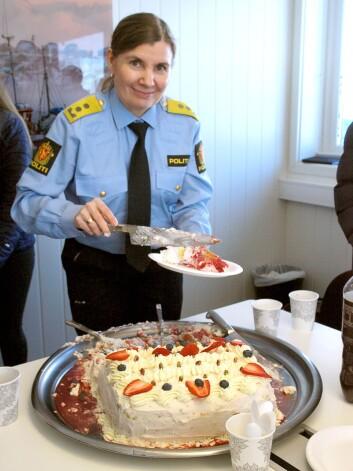 KAKEMESTER: Bevæpnet med en veldimensjonert kakespade sørget politimester Ellen Katrine Hætta for servering til alle besøkende. Enten de telte kalorier eller ikke.