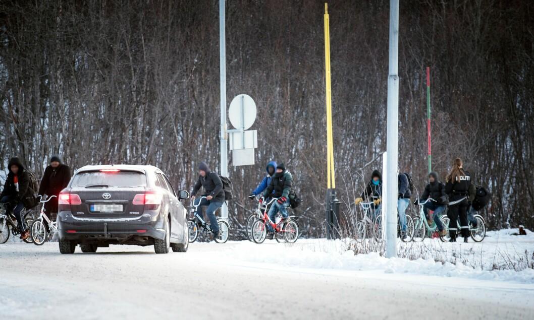 SYKKELSTRØM: Flyktninger på vei over grensa fra Russland i 2015.