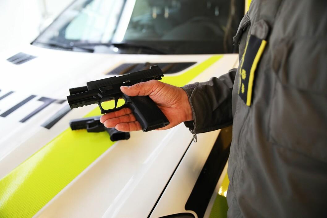 BYTTER PISTOL: Beredskapstroppen bytter ut pistolen Heckler & Koch P30 (L) med pistolen Sig Sauer P320 X. Her holdes Sig Sauer-pistolen fram. På bilpanseret ligger Heckler & Kochs P30.