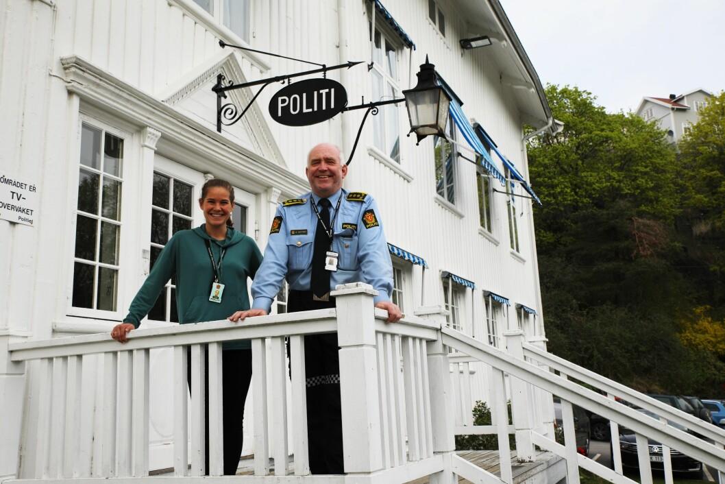 PRAKTBYGG: Politistasjonssjef Øystein Skottmyr og politibetjent Ida Bohlin Thorsen synes bygget som huser politiet i Kragerø er fint, men ikke praktisk som politibygg.