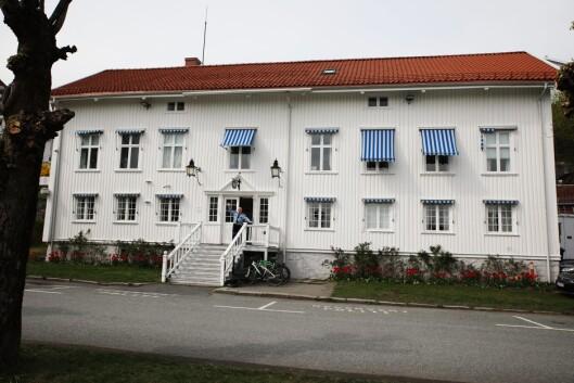 PRAKTBYGG: Kragerø politistasjon ble oppført mellom 1797 og 1803. Siden bygget ikke er så godt egnet som politistasjon, har politistasjonssjefen og de ansatte lenge ønsket seg et nytt politibygg,