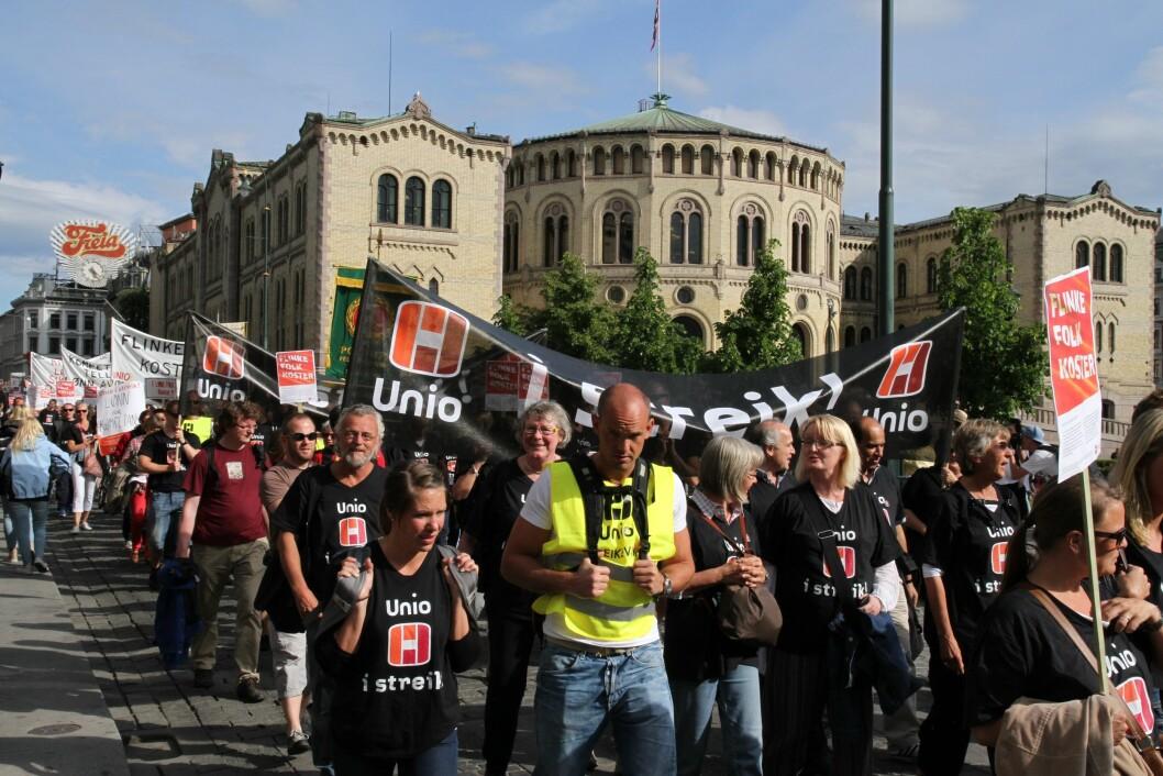 Slik så det ut da Politiets Fellesforbund (PF) gikk i streiketog sommeren 2012. Den 24. mai kan det på nytt bli streik, dersom ikke partene kommer til enighet hos Riksmekleren.