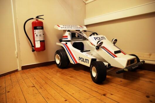 I LOFTSETASJEN: Denne lille racerbilen er den eneste politibilen som står innendørs.