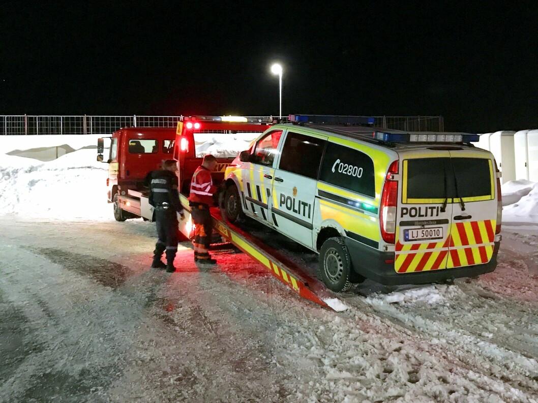 BRÅSTOPP: Da det smalt på motorveien, trodde patruljen fra Larvik politistasjon at det var et skudd. Det var heldigvis «bare» spiralfjæra som var ødelagt. Slik havnet maja på verksted igjen.