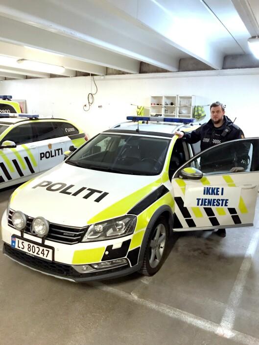 DØRSKILT: På Larvik politistasjon brukes dette skiltet på biler som er i så dårlig stand at de ikke kan kjøres. Denne Passaten mistet bremsekraften under utrykning på E18. - Det er ikke noe gøy å kjøre utrykning når du ikke stoler på at bilene holder og er engstelig for om du kommer trygt fram, sier Fredrik Langerud.