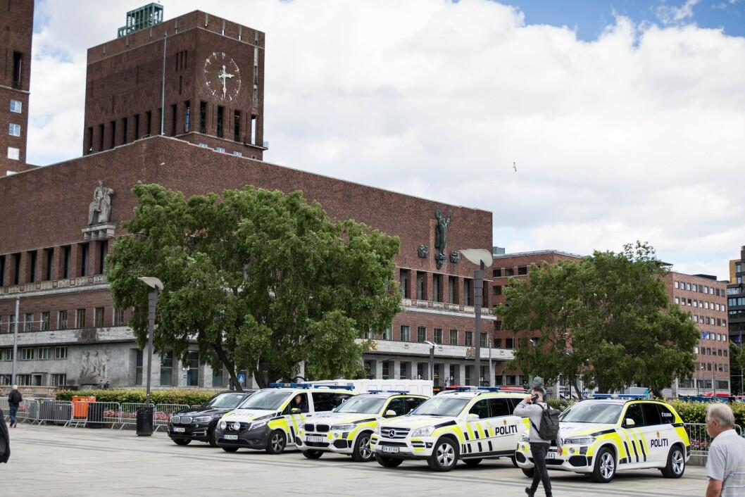 Oslo politidistrikt bruker 23 millioner kroner i året på bilparken sin, noe som er mest av alle distriktene. Men Oslo-politiet har også desidert flest biler. Her er et utvalg av dem foran rådhuset.