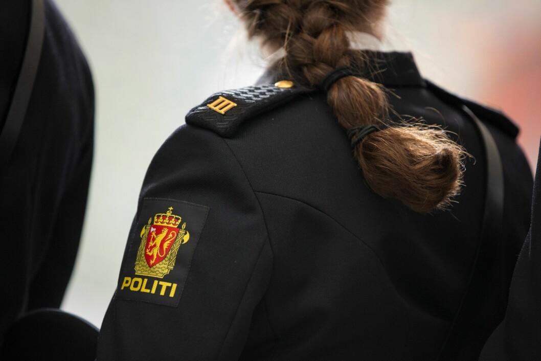 PÅ SKULDEREN: Det som skiller studenter fra «vanlig» politi i publikums øyne er et emblem på 5x10 cm med to streker som sitter oppe på skulderen og peker opp i lufta.