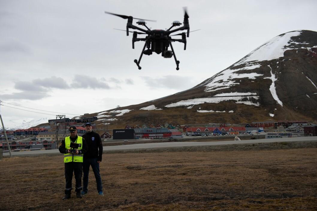 POLARDRONE: Sysselmannen på Svalbard tok i bruk droner i tjenesten sommeren 2018. Her er det sysselmannsførstebetjent Espen Olsen og IT-ansvarlig Tommy Dahl Markusen som demonstrerer dronen.