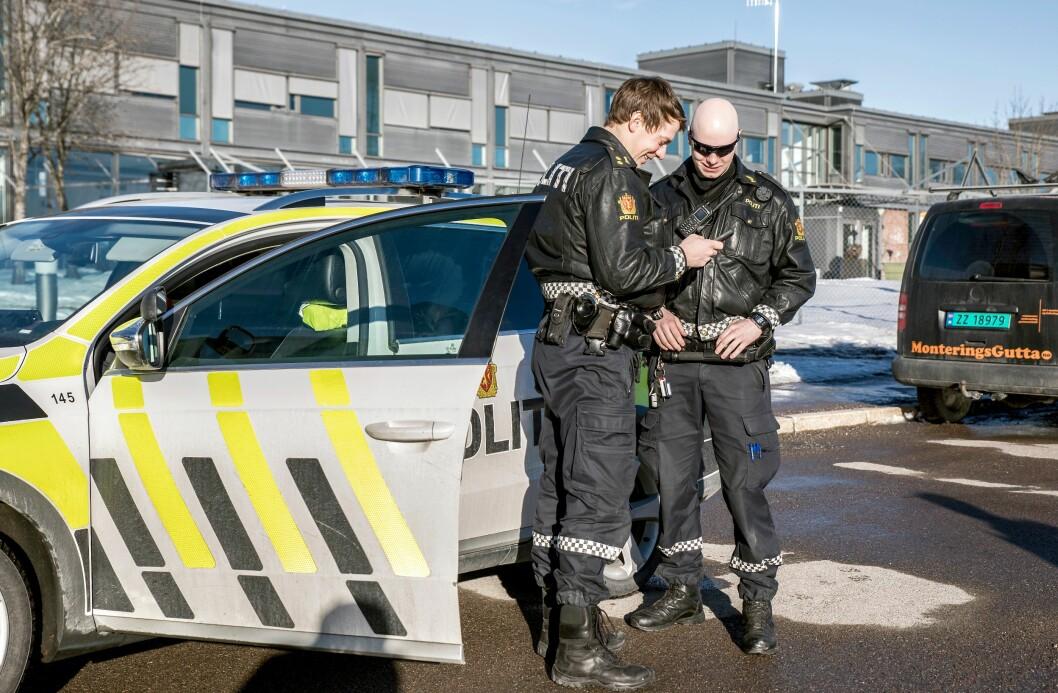 DIGITALE: Nettbrett tilknyttet politiets systemer gjør det mulig for patruljene å utføre mer politiarbeid på stedet. Ett mål med dette er økt effektivitet.