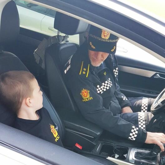 I POLITIBIL: Oddbjørn og moren Katrine Brendeland fikk sitte på med politioverbetjent Anders Opsal i politibilen.