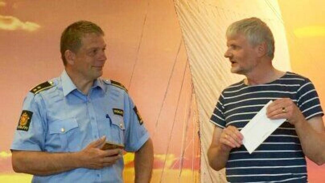 FIKK PRIS: Kjellbjørn Riise Johansen mottar prisen fra Kjell Einar Årsland, leder av MA Rusfri Trafikk.