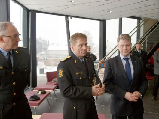 STANDHAFTIG: Politimester Johan Brekke (i midten) sier Edvardsens sak kunne vært håndtert bedre, men vil ikke omgjøre beslutningen om å nekte henne funksjonen som hundefører.