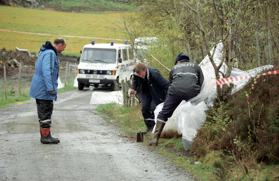 ÅSTEDET: Birgitte Tengs ble funnet drept i et kratt ved Gamle Sundvei, bare noen hundre meter unna hjemmet. Her er politiets kriminalteknikere på åstedet.
