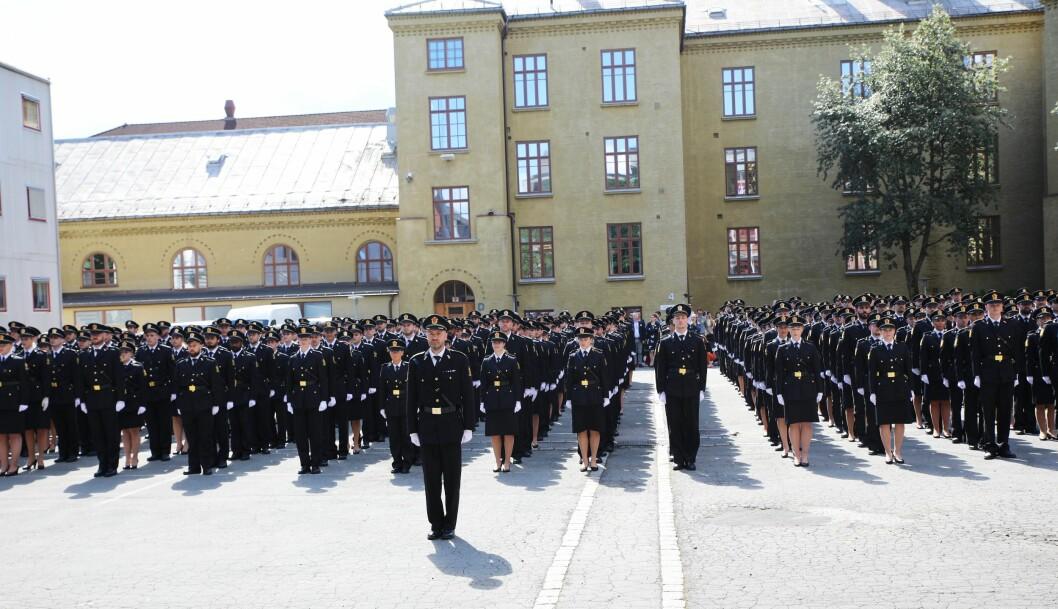KUTTER I OSLO: I statsbudsjettet som ble lagt frem mandag, foreslår regjeringen å kutte antallet politistudenter fra 550 til 400, og skriver at nedtrekket skal tas i Oslo. Bildet er tatt under avslutningen for bachelorstudentene i Oslo, tidligere i år.