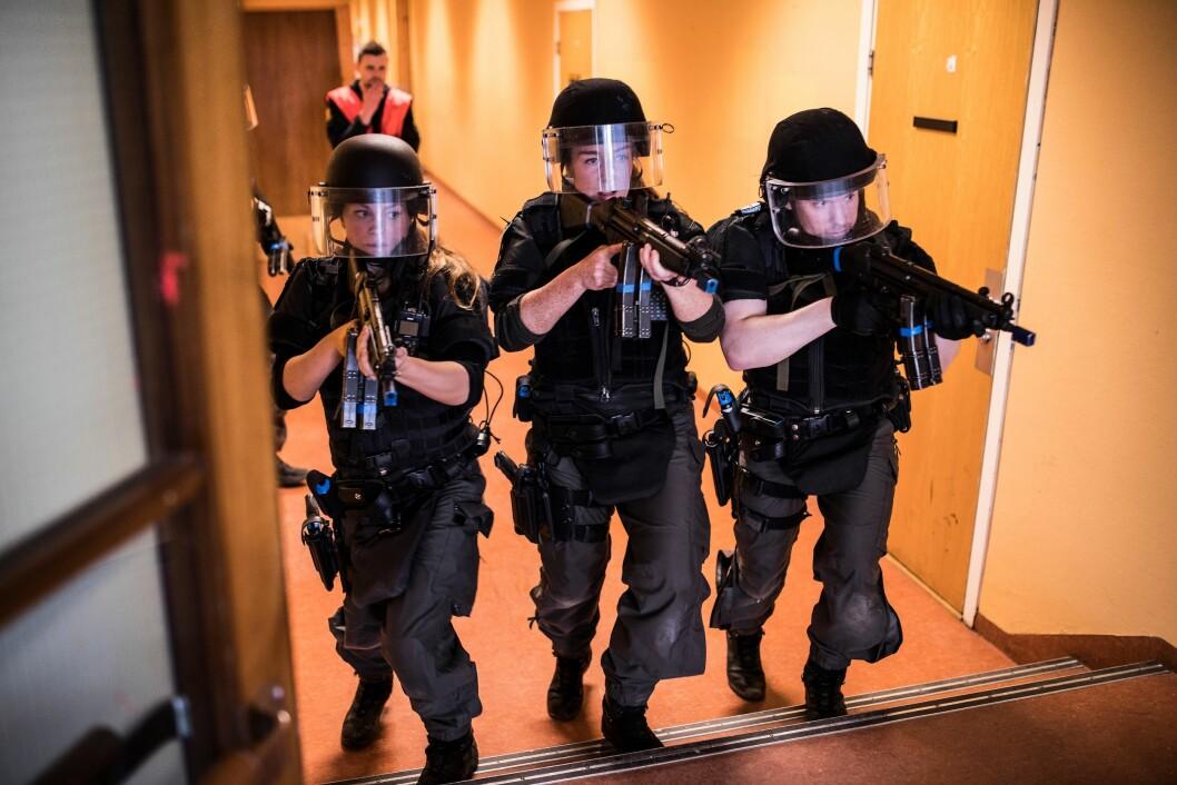 ØVER PÅ KRISESITUASJON: Politiet under øvelse på en skole.