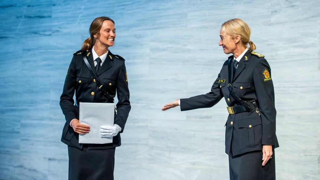 Dina Treland Nesse (til venstre) var den beste avgangsstudenten på de tre studiestedene til Politihøgskolen. Her gratuleres hun av rektor Nina Skarpenes.