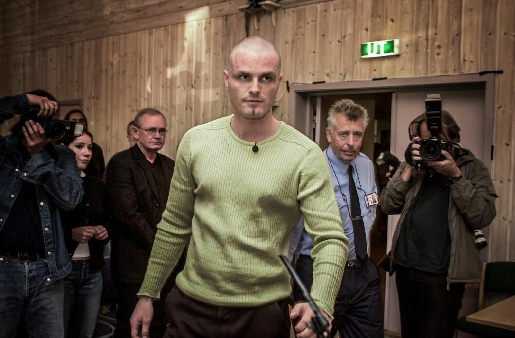 STOREBROR: Arman Vestad er på vei inn i rettslokalet for å vitne i Orderud-saken, i 2001.
