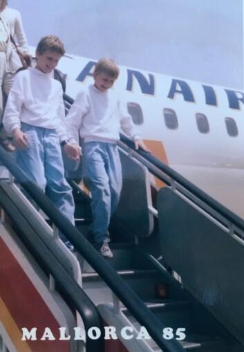 BARNDOMSVENNER: Lillebror Stian (til høyre) så opp til storebror Arman. Barndommen på en øy utenfor Molde, var trygg og god. Her fra en familieferie til Mallorca.