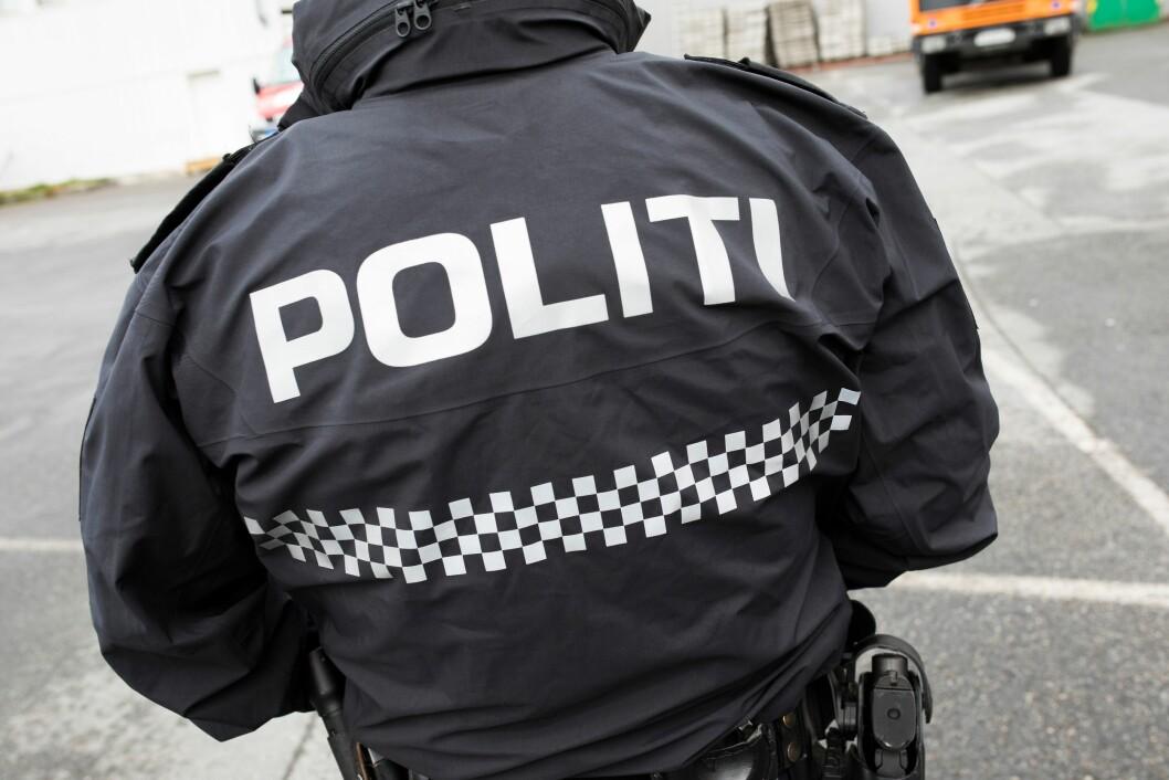 FOR FÅ FOLK PÅ JOBB: Politiet måtte få hjelp fra brannvesenet da det ble meldt om pågående vold med barn til stede i Stranda kommune.
