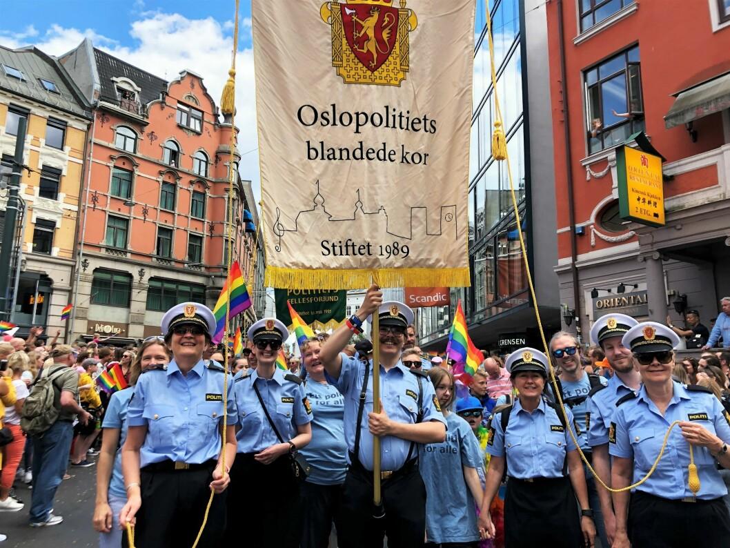 JUBILEUM: Oslopolitiets blandede kor deltok i årets Pride-parade. I år er koret 30 år.