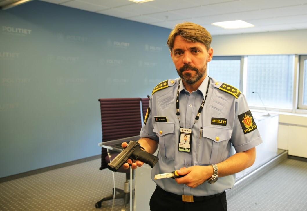 BESLAG: Morten Reppen, seksjonspåtaleleder ved felles kriminalenhet i Oslo, viser frem en tapetkniv og en luftpistol som personer har hatt med seg på offentlig sted. Luftpistolen er svært lik et skarpt våpen.