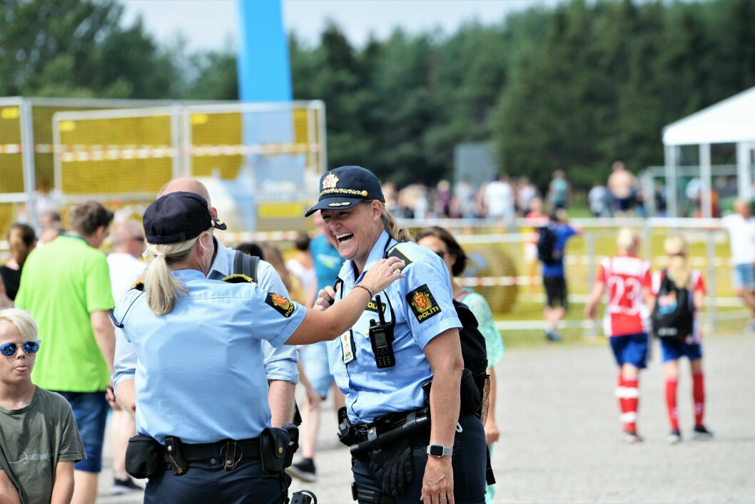GODT HUMØR: Med fokus på sikkerhet og en blid holdning, gjør politiet på Ekebergsletta sitt for at Norway Cup blir et arrangement både barn og voksne husker i lang tid fremover.