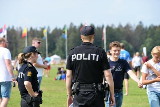 BÅDE UNIFORMERT OG SIVILT POLITI: Politiet stiller med både uniformerte og sivile tjenestepersoner på Ekebergsletta.