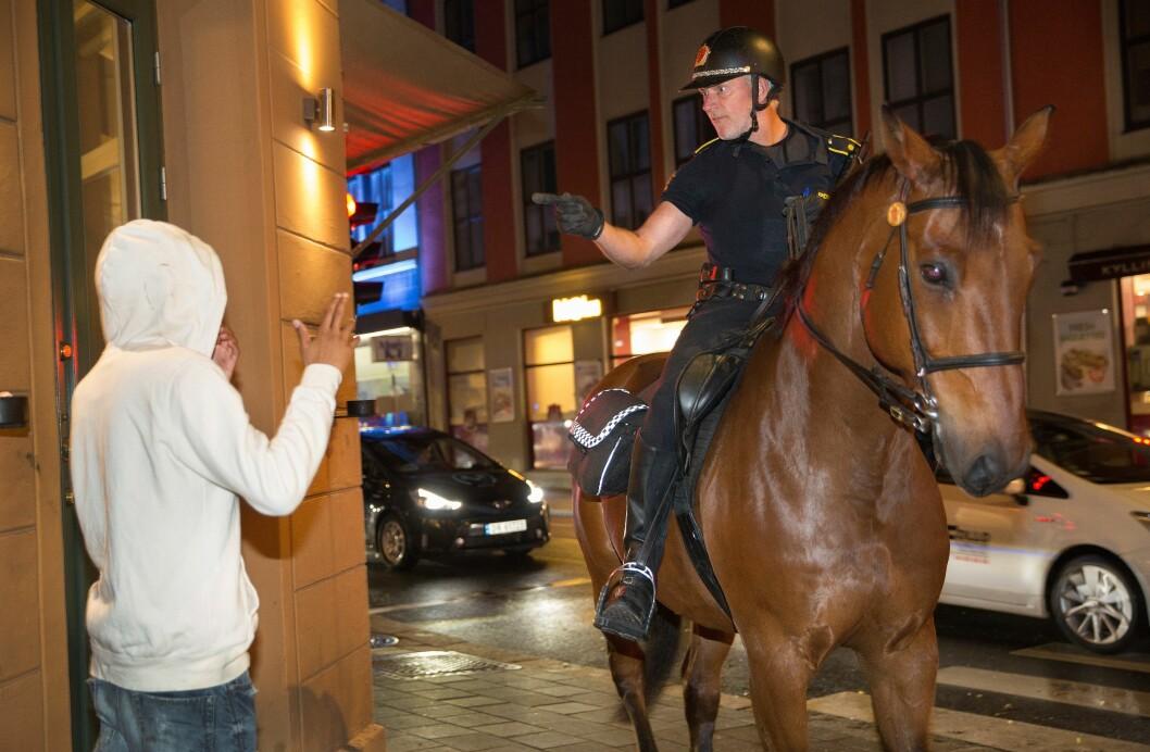 KLAR BESKJED: Politioverbetjent Rolf Eriksen rakk ikke å se hvem som slo politihesten Balder, men ga aktuelle gjerningspersoner klar beskjed om at vold mot hesten er det samme som vold mot offentlig tjenestemann.