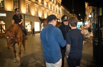 NÆRPOLITI: Rolf Eriksen forklarer at han gjerne tar turen ned fra hesteryggen, dersom situasjonen krever det.