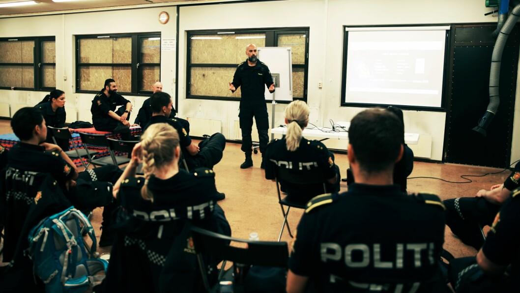 UTFORDRINGER: For å kommunisere bedre med ungdommen har Masood, politioverbetjent og fagspesialist ved enhet Øst (stående i midten), Urfan, politioverbetjent ved enhet Øst og Gunnar Lien Holsten, politioverbetjent ved HR fagutvikling i Oslo, laget treningsopplegget.