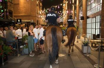 BLIKKFANG: Det er vanskelig ikke å legge merke til politiet når det kommer ridende på 700 kilo med hest. Her er det gjestene på et utested ved Aker brygge som lar seg begeistre.