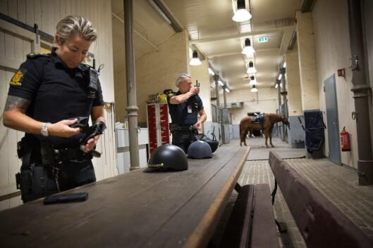 FORDEL MED HESTEERFARING: Erfaring med hest er ikke et krav, men en stor fordel dersom man ønsker å jobbe i Rytterkorpset. Mens Anita Løwehr drev med hest da hun var yngre, kom Rolf Eriksen til Rytterkorpset uten hestebakgrunn.