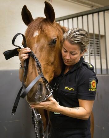 KJÆLEDYR: For å løse oppgavene best mulig, må hest og rytter gå godt sammen. Politirytterne innrømmer at de blir ekstremt glade i sine faste makkere.