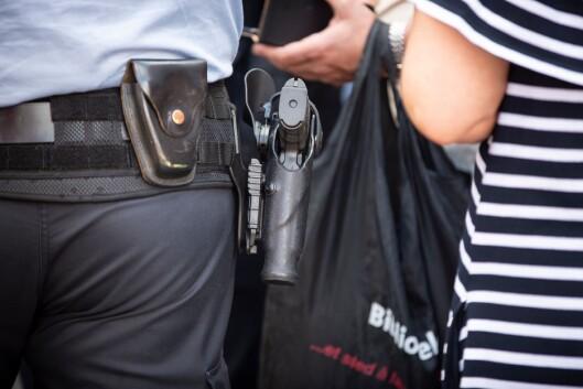 HOFTEFESTE: Publikum under Arendalsuka lot ikke til å la seg affisere av at politiet var bevæpnet.
