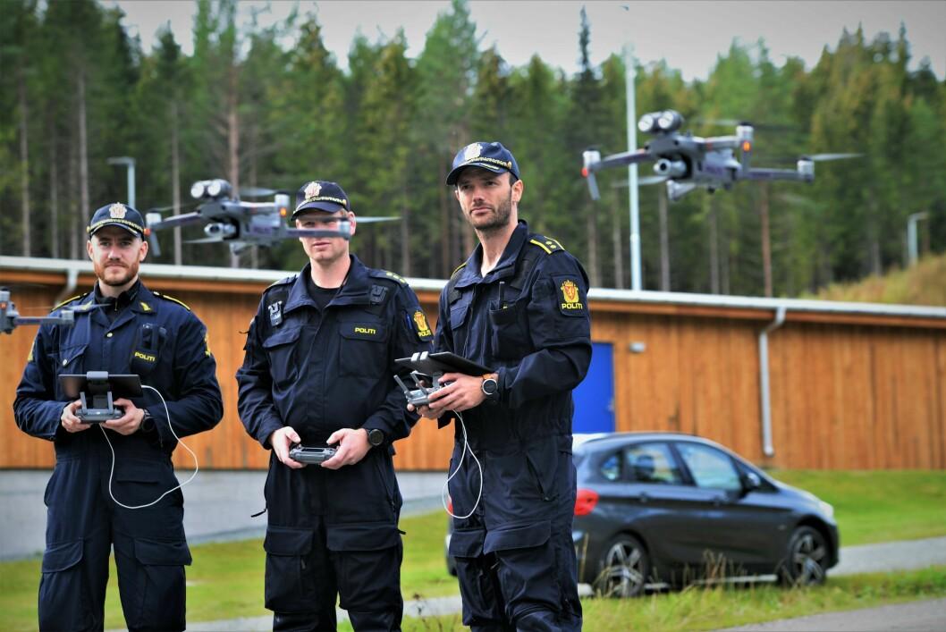NYTT «LEKETØY»: Politioverbetjent Jørgen Lunde Ronge (til høyre) viste frem politiets nye droner. Her sammen med politiførstebetjentene Daniel Kvalsrud (til venstre) og Christian Ekra, som veileder droneprosjektene i henholdsvis Troms og Agder.