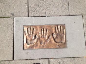 PRIS: Håndavtrykk som legger nedfelt i steinhelle sentralt i Lillestrøm var en del av prisen «Årets romeriking», som han deler med Tonje Brenna ogDana Barzingi.