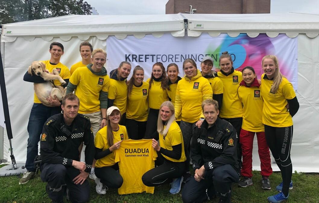 OLSENBANDEN-INSPIRERT: Lagnavnet «Duadua» kommer fra Olsenbanden. Der heier Duadua-pikene på guttene og støtter dem, slik politistudentene i Stavern støtter medstudent Mathilde Petterson (med caps) som er rammet av kreft.