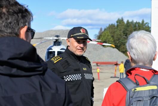 HELIKOPTERINTERESSE: Leder for helikoptertjenesten, Freddy Rotseth, var på plass på Taraldrud søndag for å fortelle om politiets nye helikoptre.