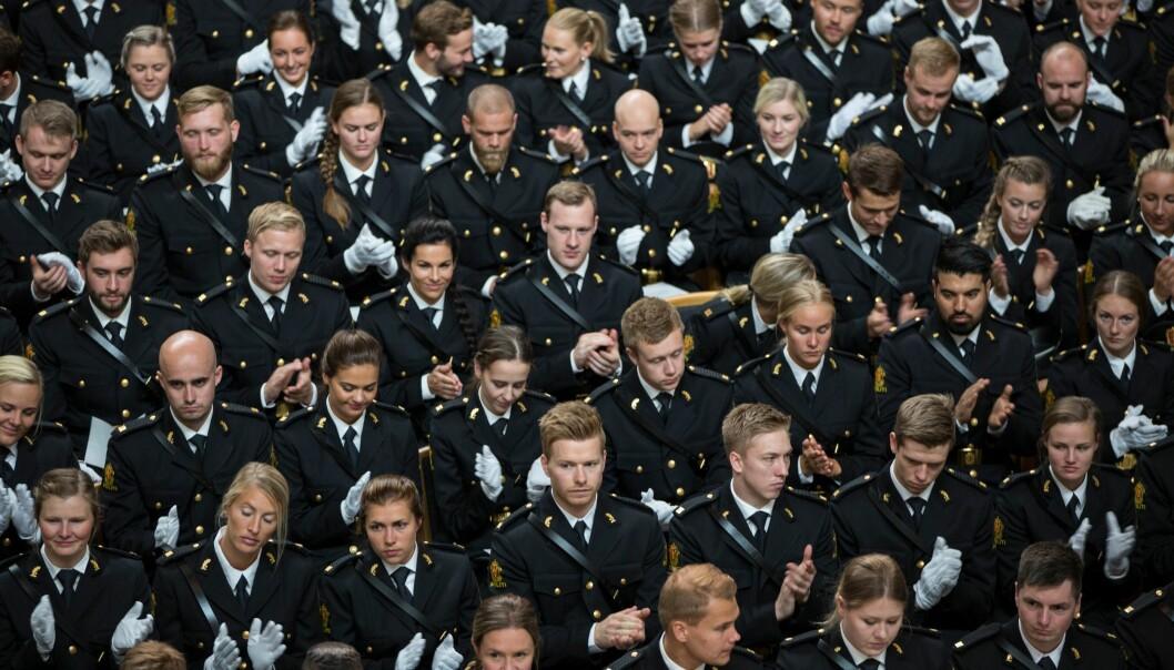 BEMANNINGSTALL: Ifølge nye tall fra POD hadde 308 av de 667 politistudentene som ble uteksaminert i 2018, fast jobb i politiet. Bildet er tatt under uteksamineringen fra Politihøgskolen i Oslo i fjor.