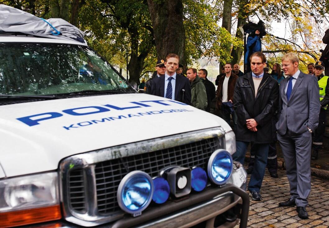 BEFARING: Kjell Alrich Schumann (nummer to fra høyre) ved siden av kommandobilen som Arne Sigve Klungland kjørte da han ble skutt og drept. Det var Schumann som avfyrte det dødelige skuddet.