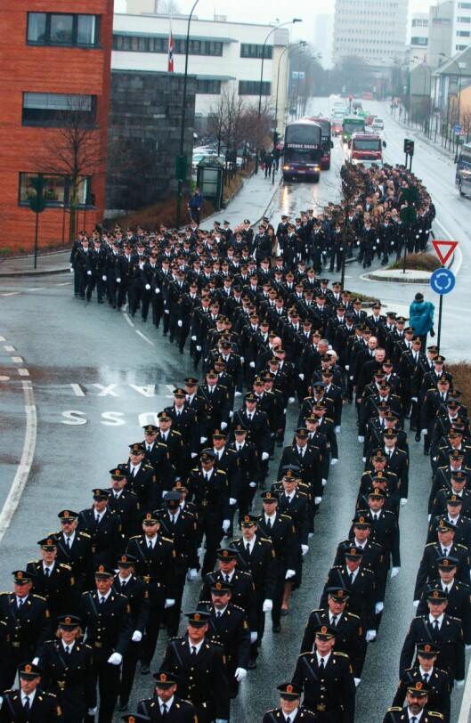 POLITITOG: Flere hundre kolleger fra politiet gikk i samlet tog til kirken for å ta farvel med Arne Sigve Klungland.