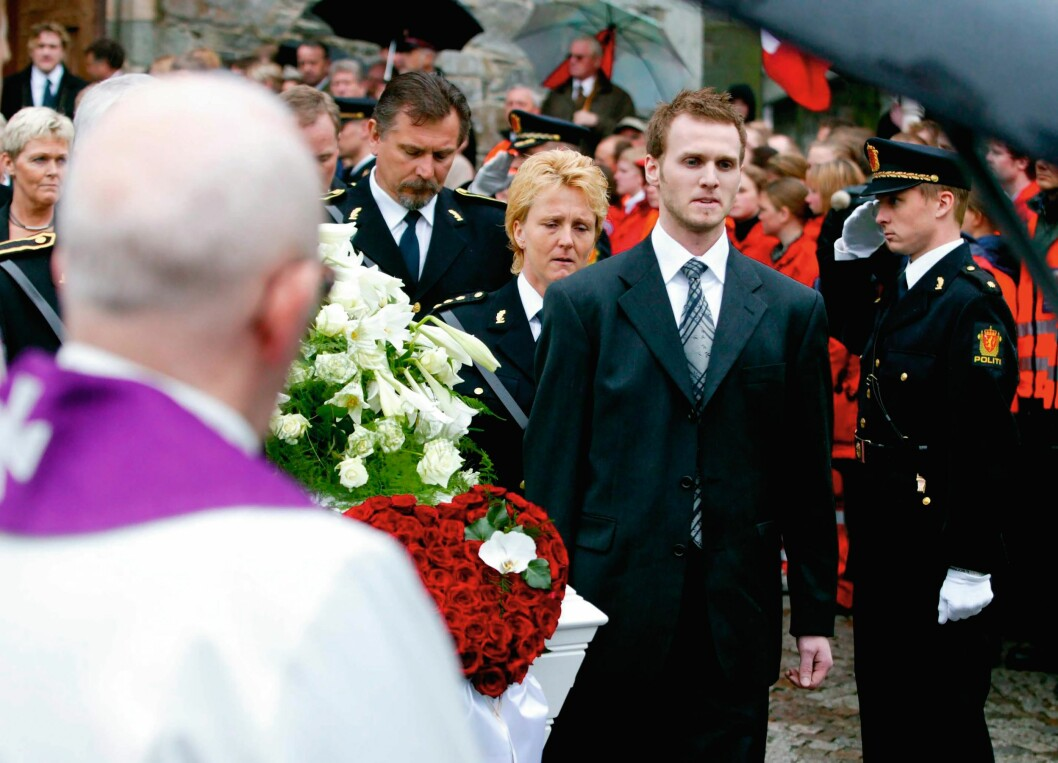 TUNG BØR: Ti dager etter at Arne Sigve Klungland ble skutt og drept, ble han stedt til hvile. Kjetil Klungland bar kista med sin døde far til graven.