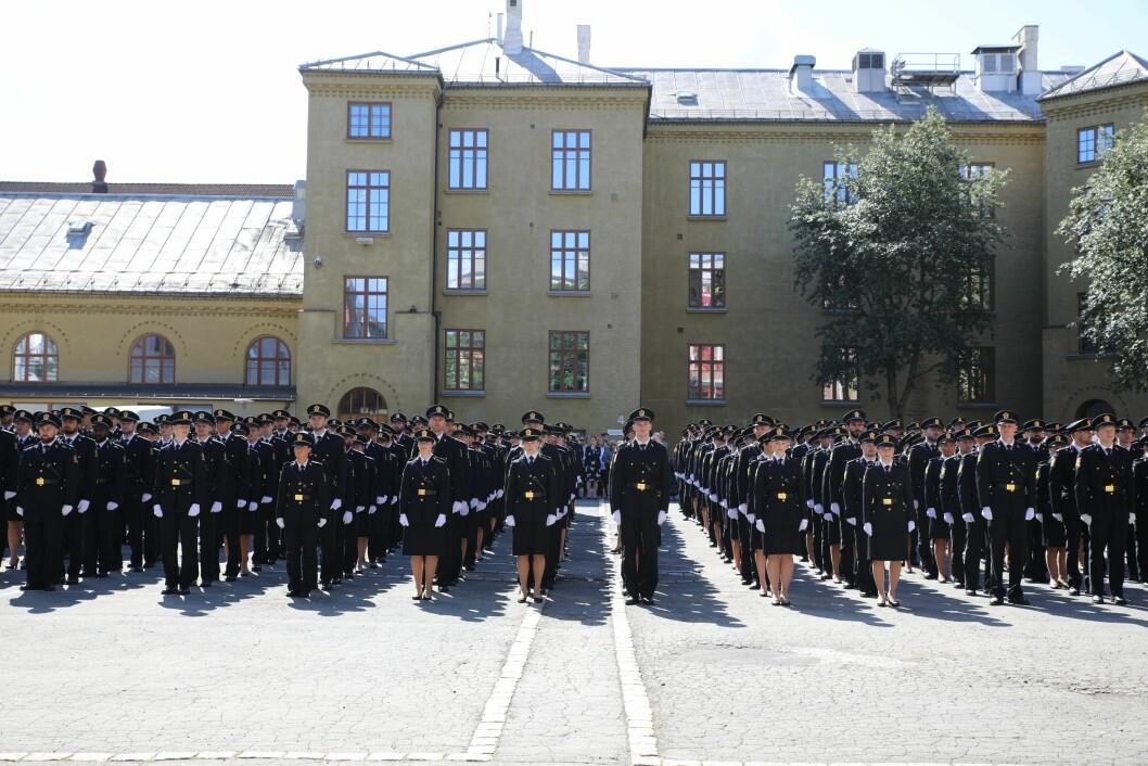 BLIR FÆRRE: I statsbudsjettet for 2020 foreslår regjeringen å redusere antall politistudenter til 400, og legger føringer for at nedtrekket skal tas i Oslo. Bildet er tatt under uteksamineringen av tredjeårsstudenter ved PHS i Oslo tidligere i år.