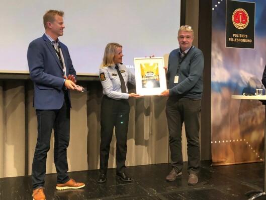 UTDELING I BERGEN: Her får Øyvind Verpeide prisen av politidirektør Benedicte Bjørnland og PF-leder Sigve Bolstad.