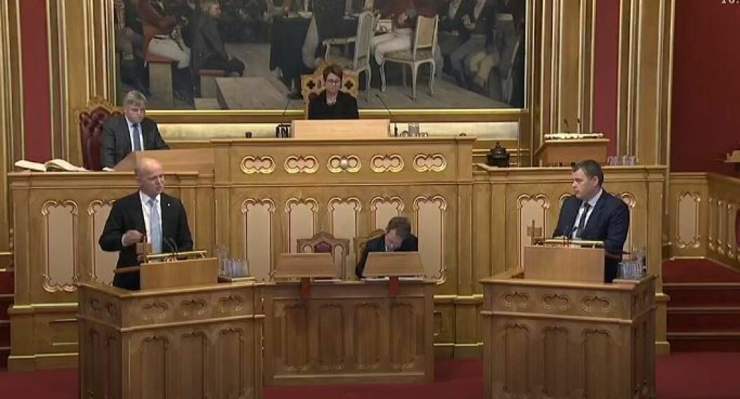 REFORMDEBATT: Slagsvold Vedum (Sp) og justisminister Jøran Kallmyr (Frp) under spørretimen i Stortinget, hvor politireformen ble debattert.